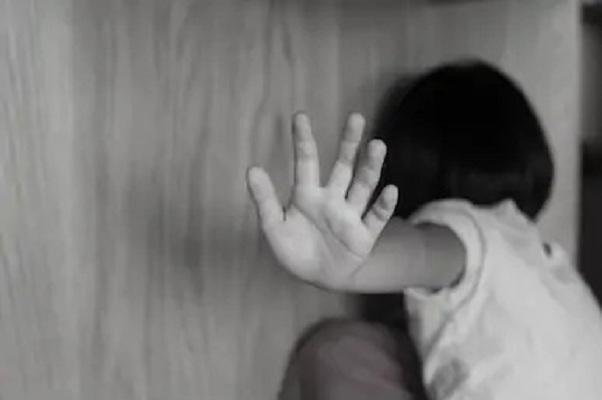 abusi figli sassari arresto madre